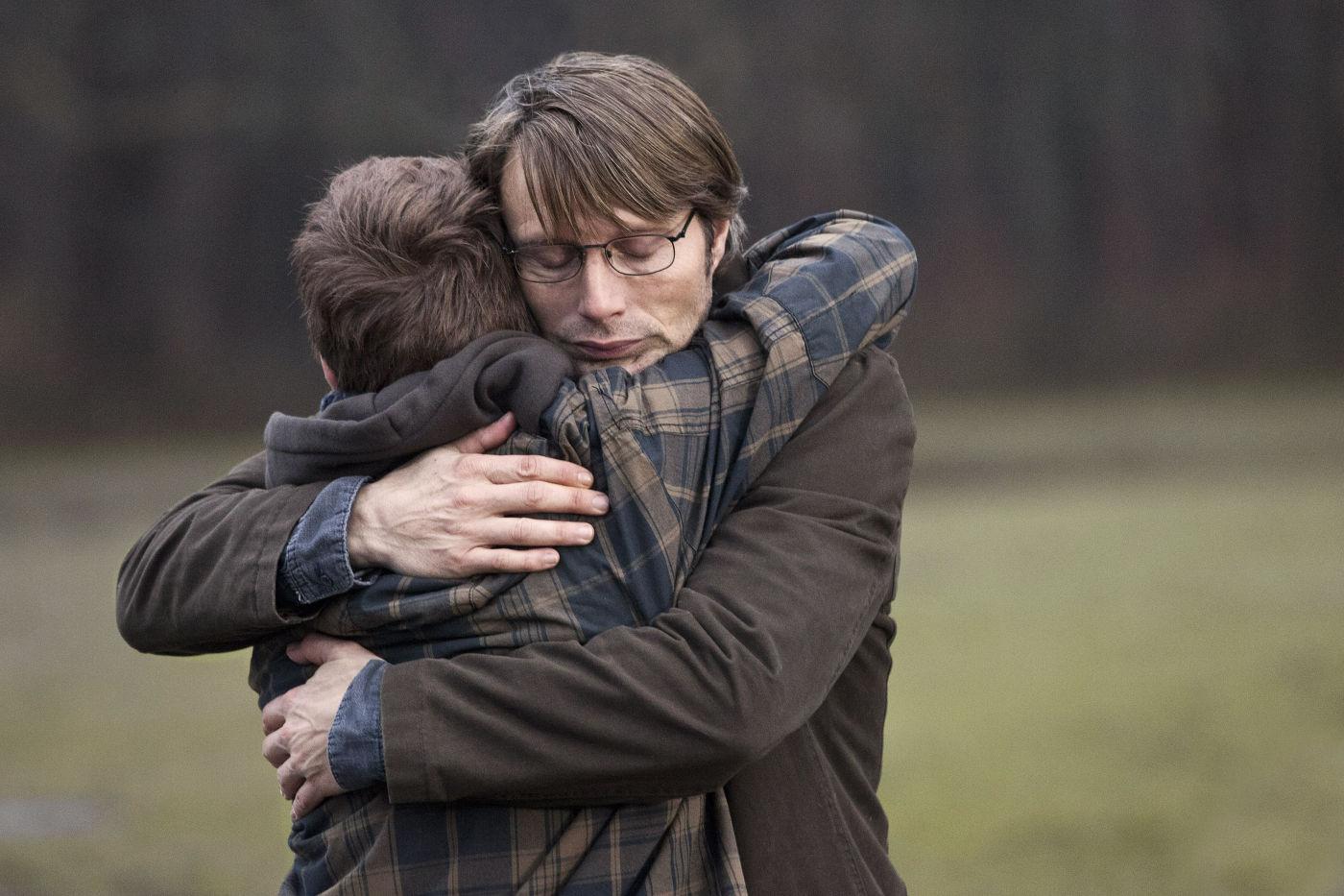 Mads Mikkelsen numa atuação corajosa em A Caça (foto por OutNow.CH)