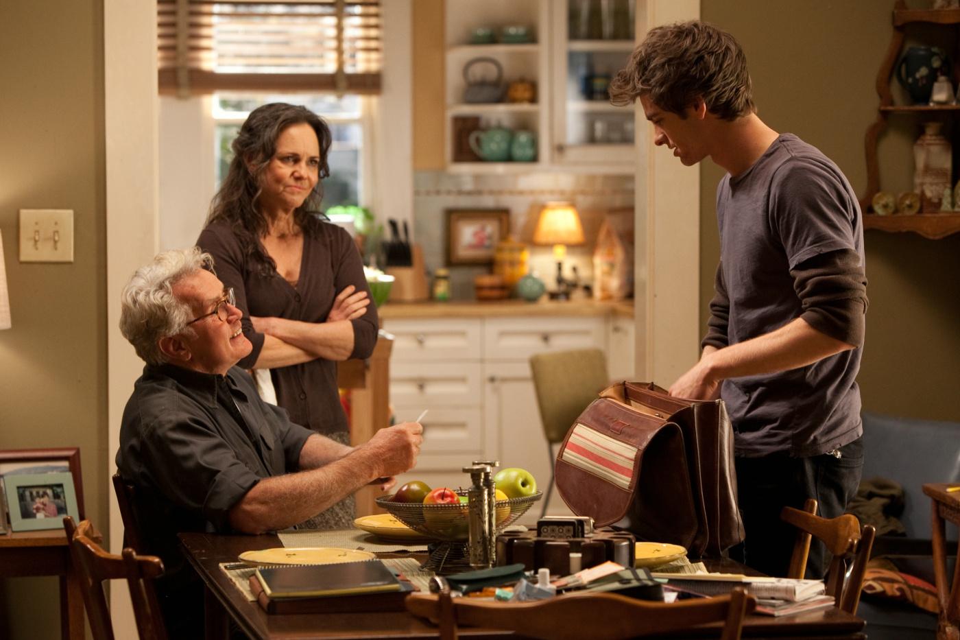 Martin Sheen, Sally Field e Andrew Garfield formam a nova família Parker em O Espetacular Homem-Aranha