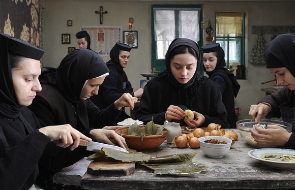 Além das Montanhas, de Cristian Mungiu, representando a Romênia através de uma história verídica de exorcismo (foto por cine.gr)