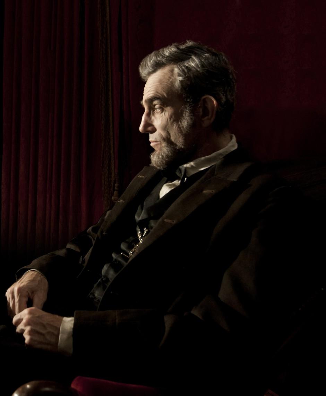 Daniel Day-Lewis, evidenciando o belo trabalho de maquiagem de Lincoln (foto por OutNow.CH)