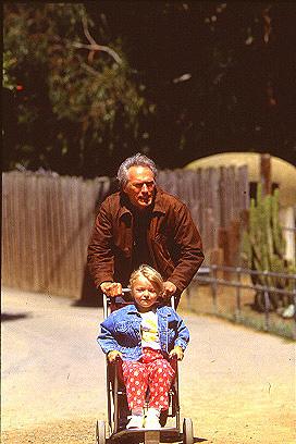 A pequena Francesca Eastwood em cena com o pai em Crime Verdadeiro