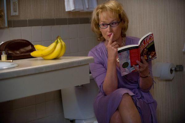 Meryl Streep e a banana em Um Divã Para Dois. O carisma da atriz fascina o público (foto por OutNow.CH)