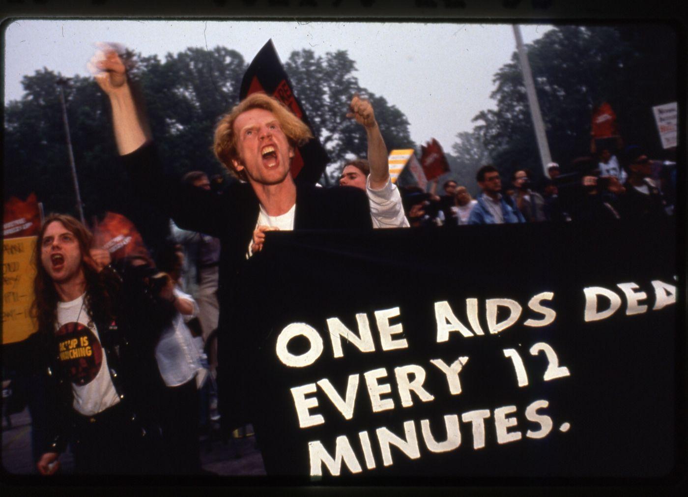 """Documentário, que traduzido ao pé da letra: """"Como Sobreviver a uma Praga"""", discute a questão da AIDS e os esforços coletivos para procurar alternativas de cura."""