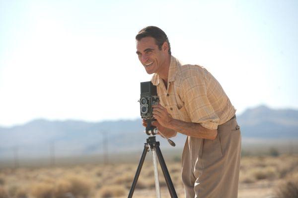 Joaquin Phoenix em The Master. Filme ainda levou Diretor para Paul Thomas Anderson, Atriz Coadjuvante para Amy Adams entre outros.