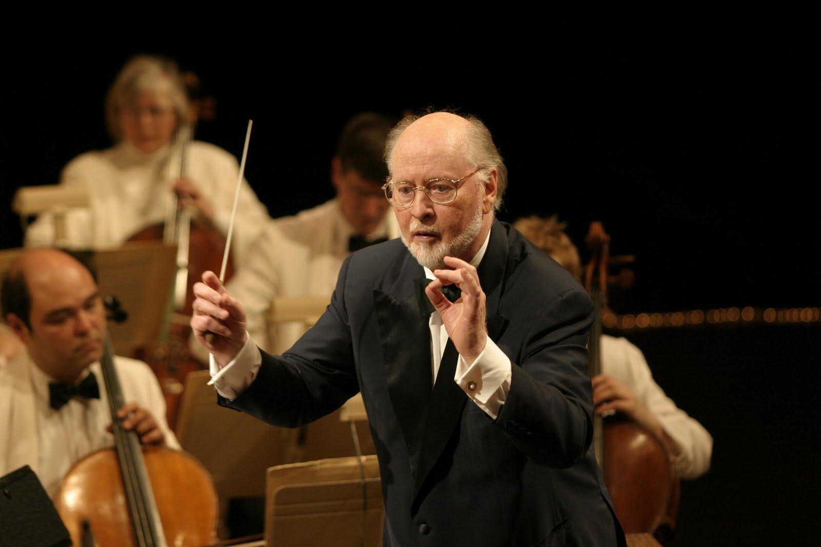 O compositor e maestro John Williams conduz sua orquestra