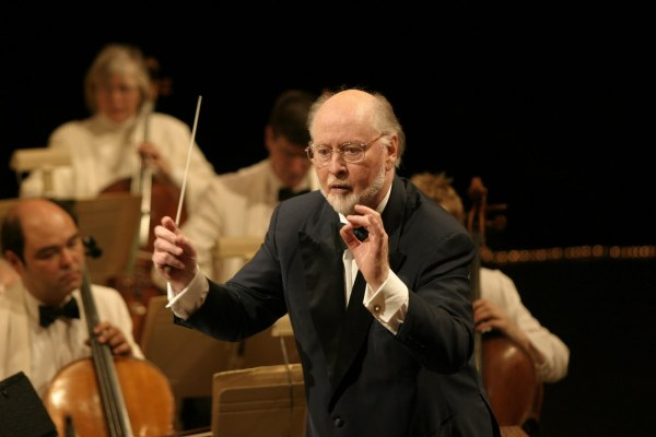 O compositor e maestro John Williams conduz sua orquestra
