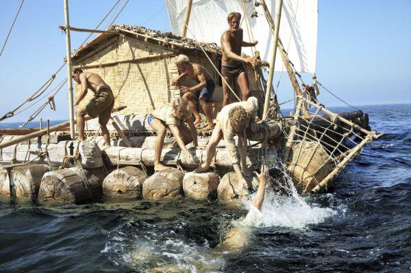 O norueguês Kon-Tiki, que tem belas imagens que remetem a Náufrago e A Lagoa Azul