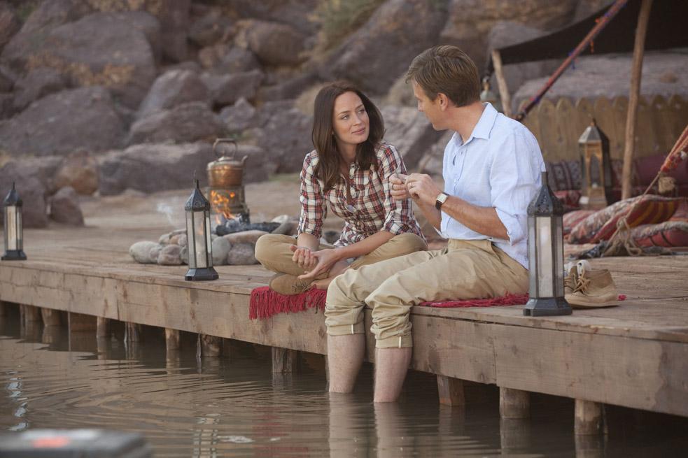 Emily Blunt e Ewan McGregor em cena romântica de Amor Impossível. Ambos foram indicados nas categorias de atuação (foto por OutNow.CH)