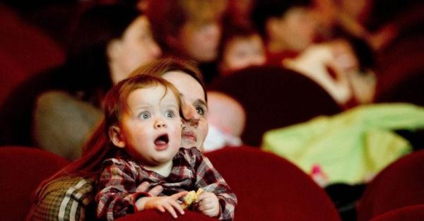 Adoro quando crianças prestam atenção aos filmes! Não, esta é uma criança holandesa... (Foto por Robin Utrecht/EFE)