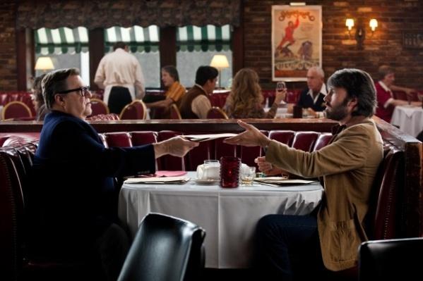Os personagens de John Goodman e Ben Affleck tramam  resgate dos diplomatas no Irã (foto por OutNow.CH)