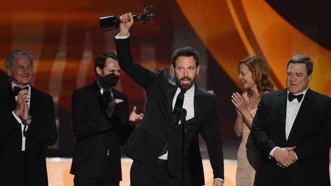 Ben Affleck recebe e discursa pelo prêmio de Melhor Elenco por Argo (photo by hollywoodreporter.com)