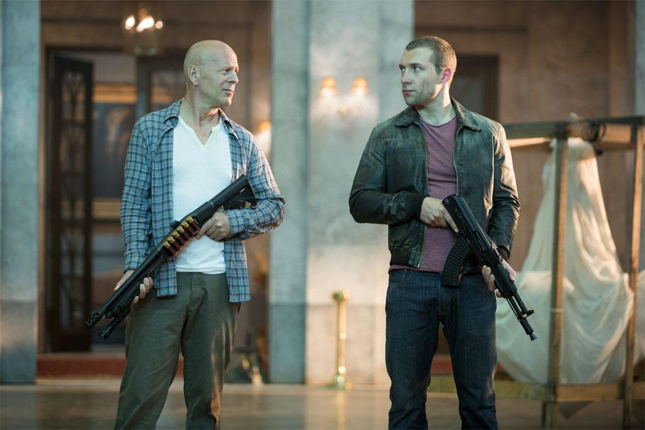 Bruce Willis e Jai Courtney (McClane pai e McClane filho) em Duro de Matar: Um Bom Dia Para Morrer (photo by BeyondHollywood.com)