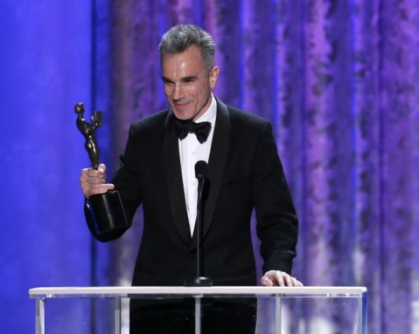 Daniel Day-Lewis, humilde como sempre, recebendo seu segundo SAG (photo by reuters in ibtimes.com)