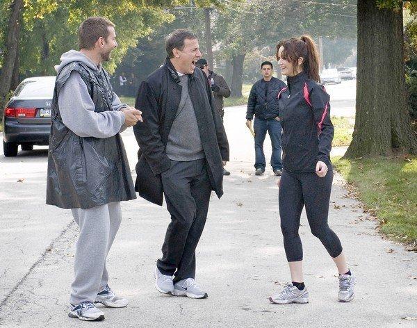 David O. Russell entre os atores Bradley Cooper e Jennifer Lawrence em O Lado Bom da Vida (photo by latimes.com)