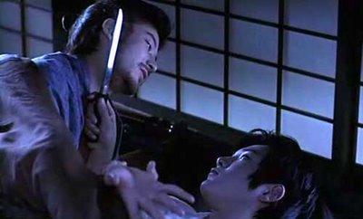 """O samurai andrógino se defende de um """"ataque noturno"""" em Tabu (photo by http://jfilmpowwow.blogspot.com.br)"""