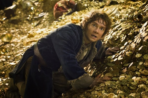 The Hobbit: The Desolation of Smaug: Martin Freeman em meio ao ouro dos duendes (photo by BeyondHollywood.com)