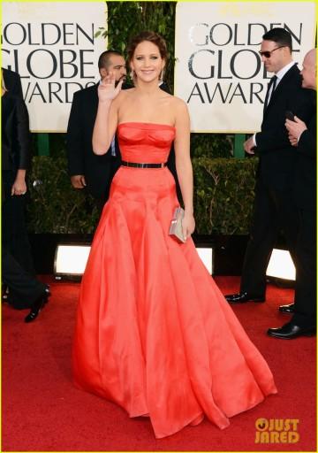 Jennifer Lawrence em seu belo Christian Dior coral. Não está deslumbrante como naquele vermelho do Oscar 2011, mas continua impressionando (photo by JustJared.com)