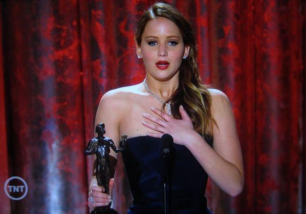 Jennifer Lawrence em discurso emocionado (photo by awardsdaily.com)
