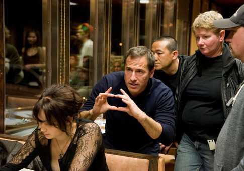 David O. Russell (centro) dirige a cena na lanchonete (photo by indiewire.com)
