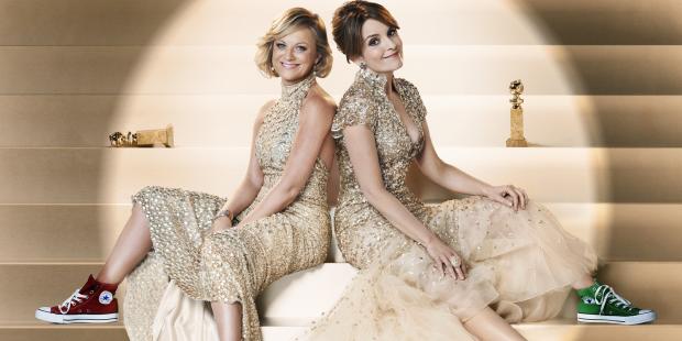 Amy Poehler (a esq) e Tina Fey em foto promocional para o Globo de Ouro, que deve ter arrecadado uma graninha da All Star (photo by stylelist.com)