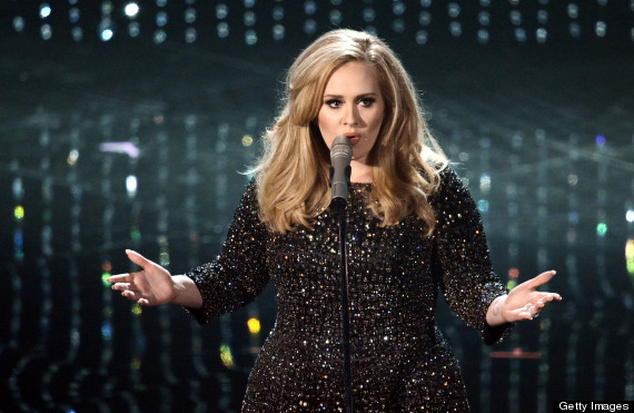 "Adele em ótima performance de ""Skyfall""... (photo by huffingtonpost.com)"