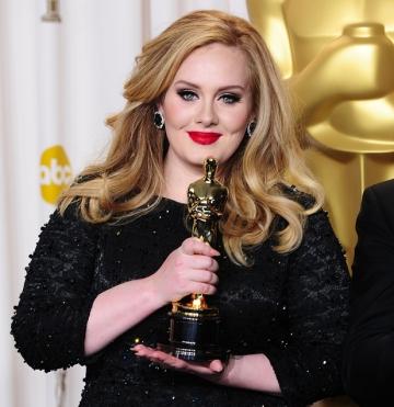 Adele com seu primeiro Oscar e o primeiro da franquia 007 (photo by digitalspy.com)