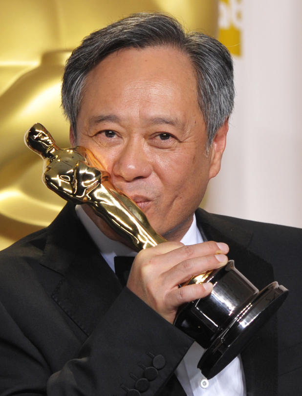Ang Lee com seu segundo Oscar de direção por As Aventuras de Pi (photo by digitalspy.com)