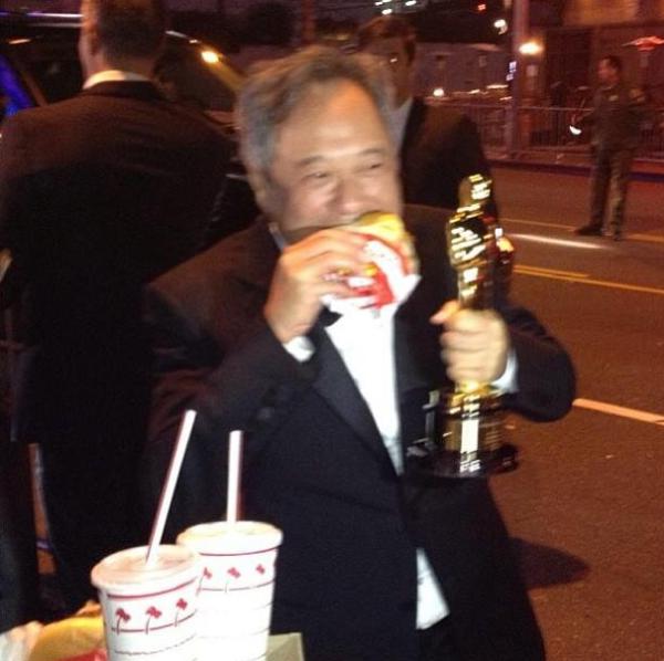 Já tentou comer um lanche com uma mão? Ang Lee consegue essa proeza sem se desgrudar do seu Oscar (photo by inquisitr.com)