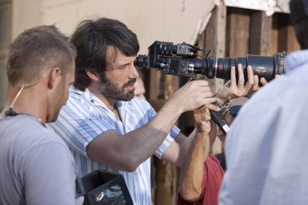 Ben Affleck dirigindo cena de Argo (photo by BeyondHollywood.com)