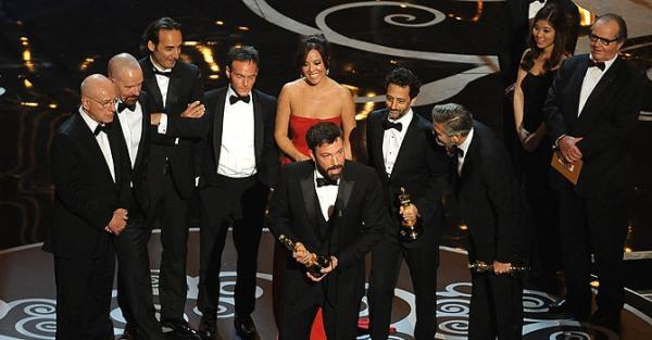 O produtor e diretor Ben Affleck agradece seu Oscar, que tenta compensar sua ausência na lista de diretores (photo by dawn.com)