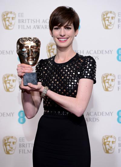 Anne Hathaway segue super favorita para o Oscar de coadjuvante com mais essa vitória (photo by empireonline.com)