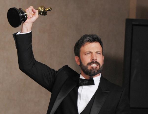Ben Affleck ostenta seu segundo Oscar, mas desta vez como produtor por Argo (photo by bostinno.com)