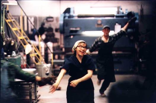 A cantora e atriz Björk em sequência musical na fábrica de Dançando no Escuro (photo by http://rustywhitesfilmworldobituaries.blogspot.com.br)