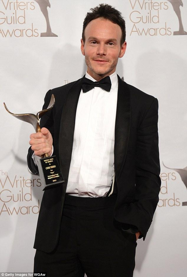 Vencedor por Argo, Chris Terrio, com seu WGA award (photo by filmofilia.com)