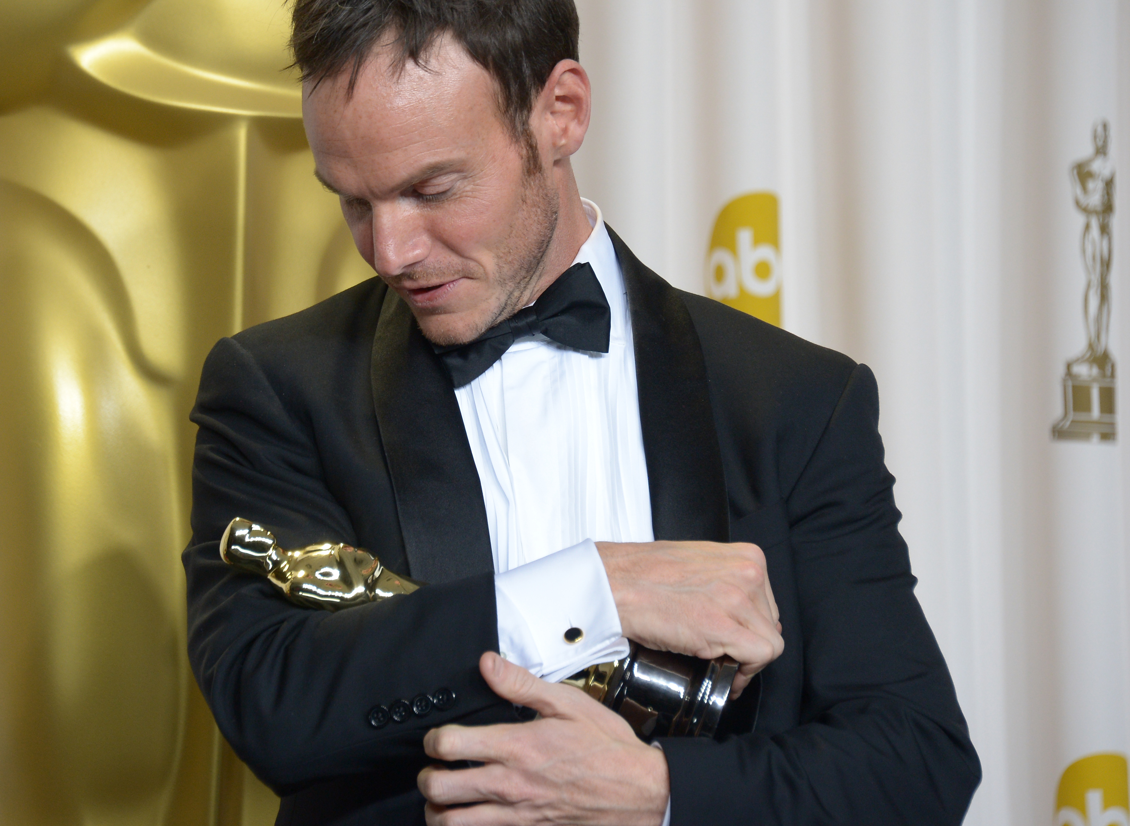 Chris Terrio segurando seu bebê (photo by theurbandaily.com)