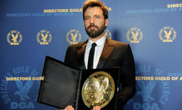 Ben Affleck ostenta seu prêmio do DGA por Argo (photo by deccanchronicle.com)