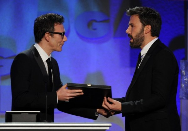 O vencedor de 2012, Michel Hazanavicius (O Artista), entrega o prêmio a Ben Affleck (photo by metro.co.uk)