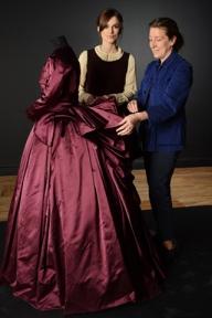 A figurinista Jacqueline Durran (à dir) ao lado da atriz Keira Knightley com figurino de Anna Karenina (photo by elle.com)