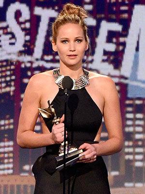 Jennifer Lawrence aceitando prêmio de Melhor Atriz por O Lado Bom da Vida (photo by movies.yahoo.com)
