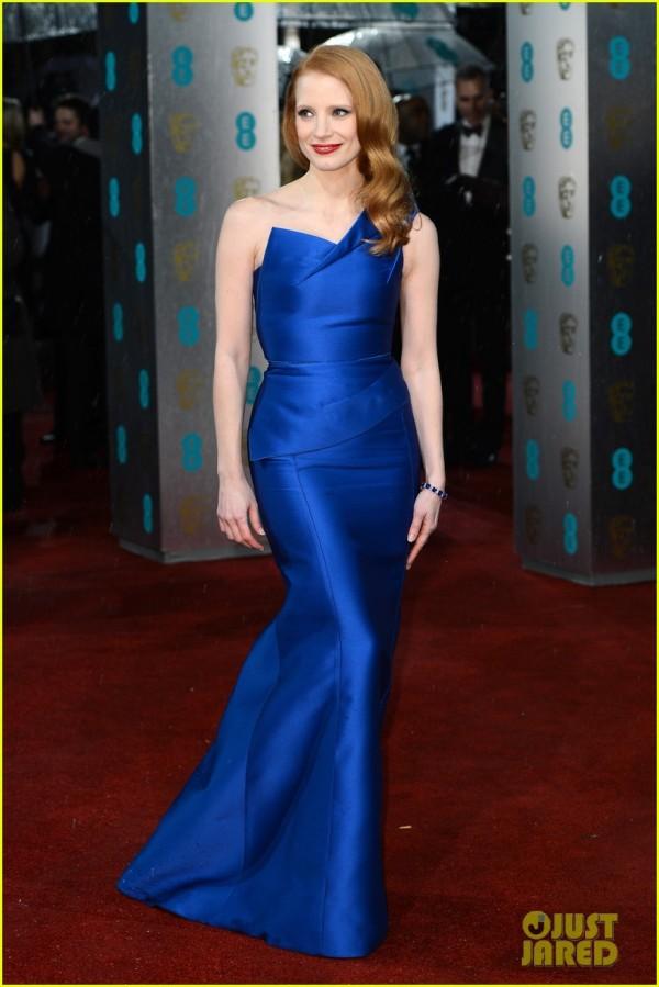 De dourado, de verde, de vermelho e agora, de azul: de qualquer forma Jessica Chastain se destaca no tapete vermelho (photo by JustJared.com)