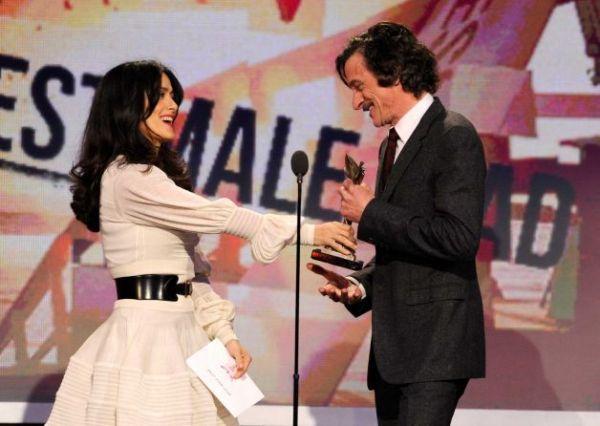John Hawkes recebe prêmio de Melhor Ator por As Sessões das mãos de Salma Hayek (photo by sfgate.com)