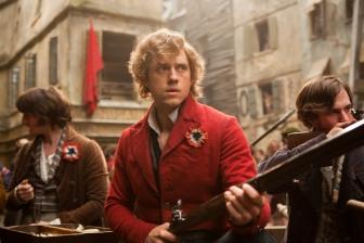 Além do som das armas e canhões, o som de Os Miseráveis se vale pela captação da cantoria do elenco no set de filmagem (photo by BeyondHollywood.com)