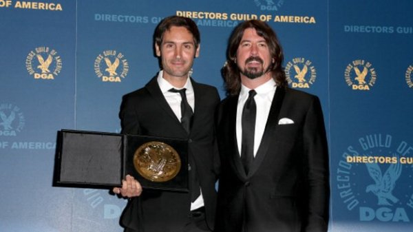Malik Bendjelloul recebendo o DGA de documentarista do vocalista do Foo Fighters, Dave Grohl (photo by http://www.rte.ie)