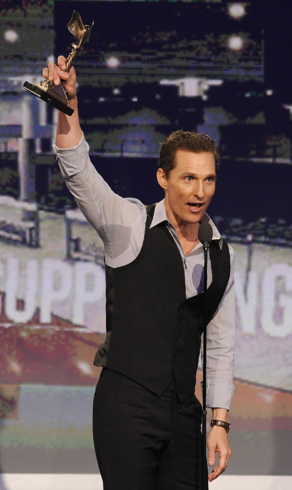 Matthew McConaughey com o prêmio de coadjuvante por Magic Mike (photo by beaumontenterprise.com)