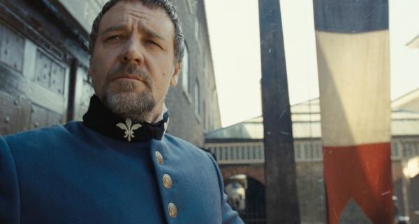 Russell Crowe como o Inspetor Javert. Será que ele reconhece sua inferioridade vocal? (photo by BeyondHollywood.com)