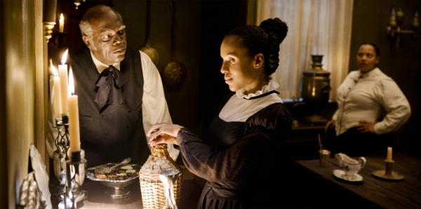 Samuel L. Jackson rouba suas cenas como o criado racista Stephen (photo by OutNow.CH)