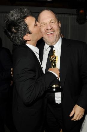 O produtor Thomas Langmann beija Harvey Weinstein por ter feito impecável lobby na vitória de O Artista no Oscar: Filme, Diretor, Ator, Trilha Musical Original e Figurino (photo by Getty Images in http://blogs.forward.com/the-shmooze/152519/weinstein-awarded-french-legion-of-honor/)