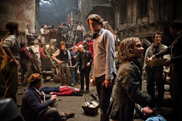 Tom Hooper (centro) e set de filmagem de Os Miseráveis (photo by BeyondHollywood.com)