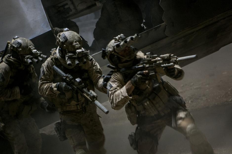 Efeitos sonoros de A Hora Mais Escura são compostos de tiros, explosões e queda de helicóptero (photo by BeyondHollywood.com)