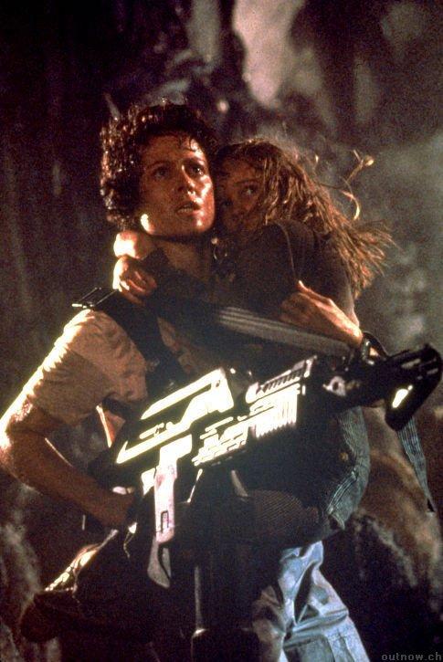 Sigourney Weaver como mãe em Aliens, o Resgate (photo by OutNow.CH)